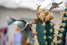 Colibri, Buho Y Gato En Papel Colorido Sobre Cactus