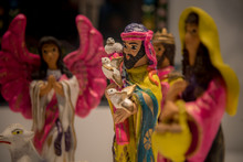 Nacimiento Mexicano De Barro Con Colores Rosas Y Amarillos, Pastores De Nacimiento