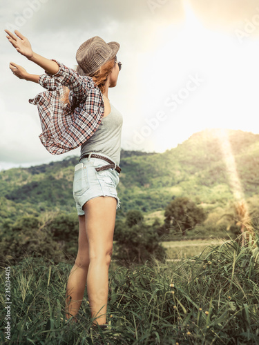 Photo  Happy woman in green field and mountain background