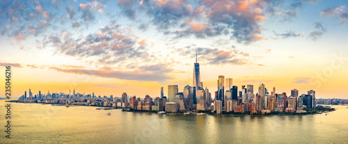 Montage in der Fensternische New York Aerial panorama of New York City skyline at sunset with both midtown and downtown Manhattan