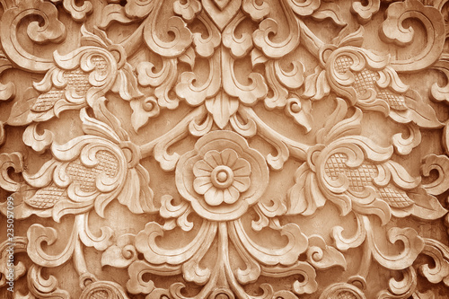 Foto  Pattern of flower carved on wood background