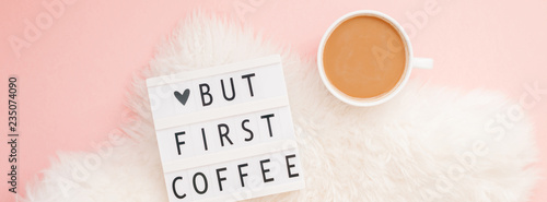 Foto auf AluDibond Kaffee But first coffee text on lightbox with Coffee Cup
