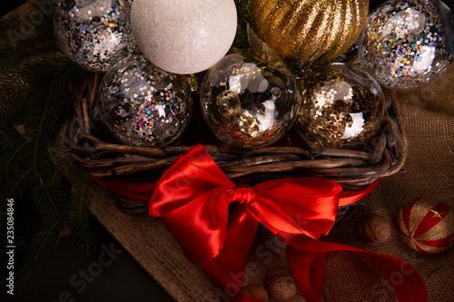 Fényképezés  Ozdoby choinkowe.  Kosz bombek i dekoracji bożonarodzeniowych.