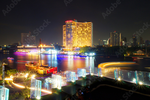 Photographie  Long exposure of Ship or Boat sailing in the Chao Phraya River at night time, Bangkok, Thailand