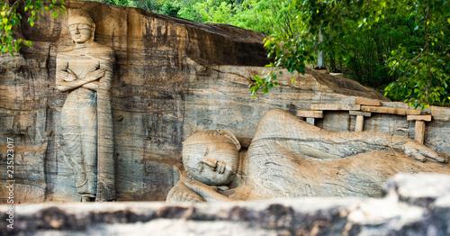 In de dag Bedehuis (selective focus) The beautiful statue of Reclining Buddha and Monk Ananda, Gal Viharaya, Polonnaruwa, Sri Lanka.