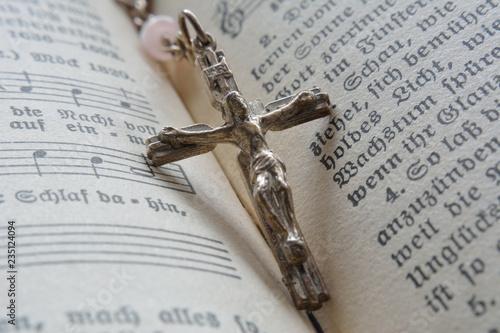 Fotografija  Rosenkranz auf Gesangbuch