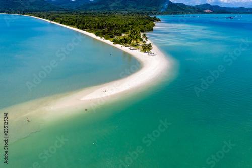 Valokuva  Aerial drone view of a beautiful sandy beach leading into a warm tropical ocean