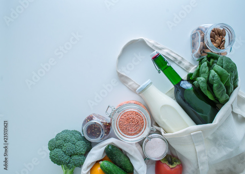 Fotografía  zero waste shopping kit with cotton bags and glass jars