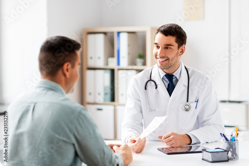 Fotomural medicine, healthcare and people concept - happy smiling doctor giving prescripti