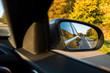 herbstliche Autobahn, im Rückspiegel