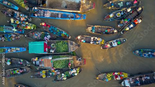widok-z-lotu-ptaka-lokalni-ludzie-kupuja-i-sprzedaja-kolorowe-produkty-z-drewnianych-lodzi