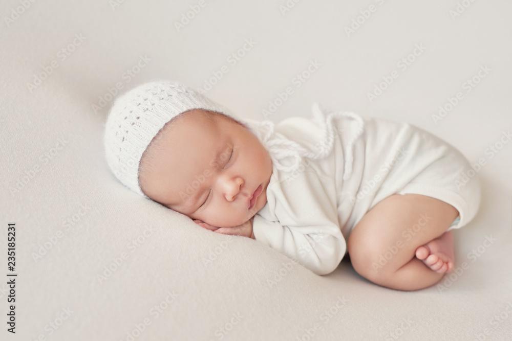 Fototapety, obrazy: newborn girl on a light background