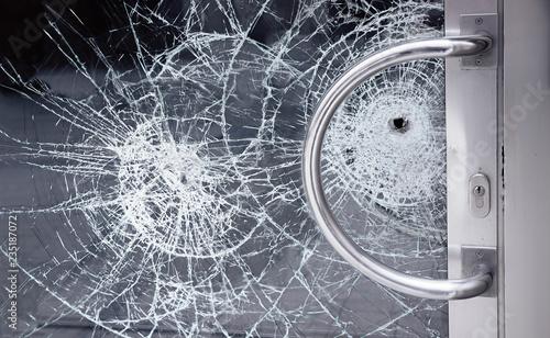 Pinturas sobre lienzo  gesplitterte Sicherheits-Glastüre, versuchter Einbruch in ein Büro