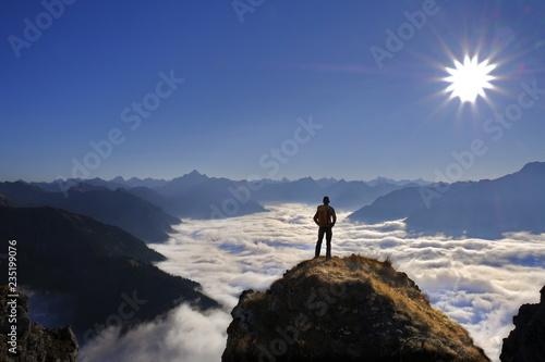 Fotografie, Obraz  Person auf Berggipfel mit Panorama und Talnebel