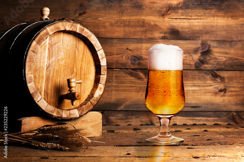 Tuinposter Bier / Cider Wooden barrel and beer