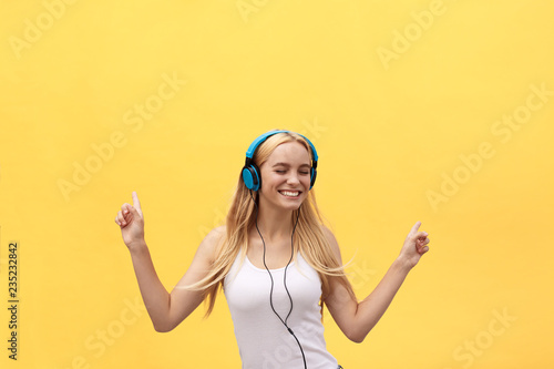 Foto  Lifestyle Concept: Portrait of a joyful woman in white t-shirt and listening to