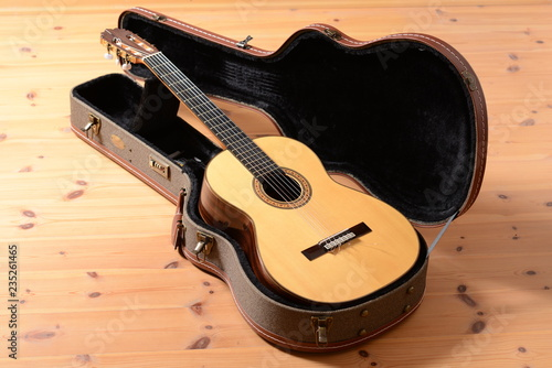 Valokuva  spanische Nylon Akustik Gitarre aus Koffer wie an Weihnachten auspacken