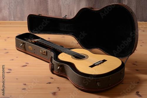Fotografie, Obraz  Schöne Akustik Gitarre aus Koffer als Ostergeschenk auspacken