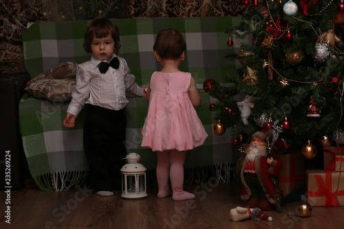 Foto op Plexiglas Wand Little children near a Christmas