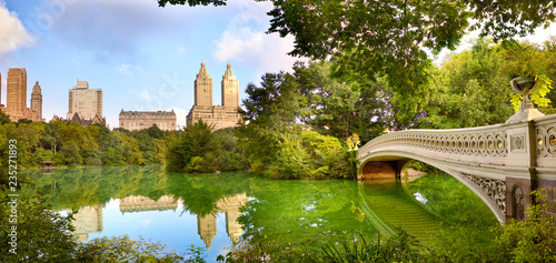 Tuinposter New York City Central Park panorama with Bow Bridge, New York City