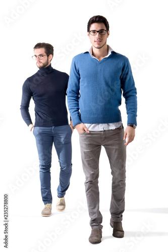 Fototapeta premium Dwaj przystojni mężczyźni z okularami w stylowych ubraniach. Pełna strzał studio postać, na białym tle