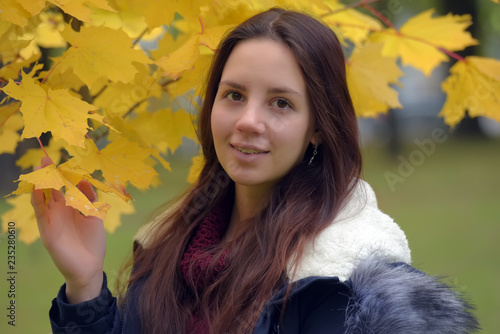 Fotografia  long-haired brunette teenager with a blue jacket