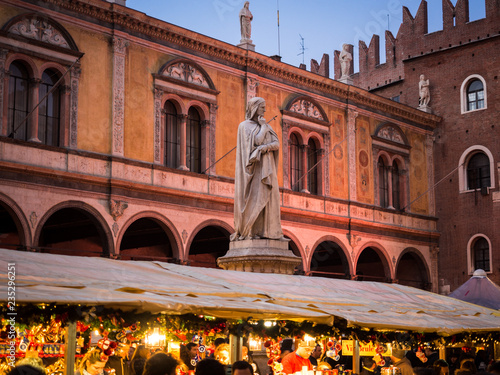 Photo sur Aluminium Commemoratif Statue of Dante Alighieri in Piazza dei Signori during the Christmas markets.