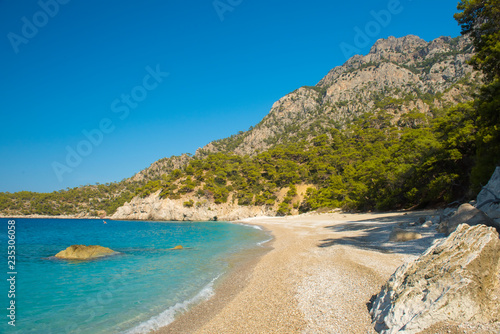 Obraz premium Linia brzegowa przy morzem śródziemnomorskim blisko Fethiye Kabak Turcja