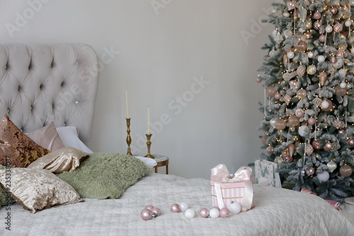 Fototapety, obrazy: Elegant Christmas tree with white and pink toys in the bedroom of luxury apartments