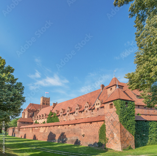 Fotografiet  Bricks wall and tower in sunny day, Malbork, Poland