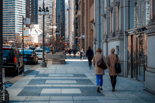 Woman walking down a busy street in downtown Chicago on a cool autumn morning Fototapet