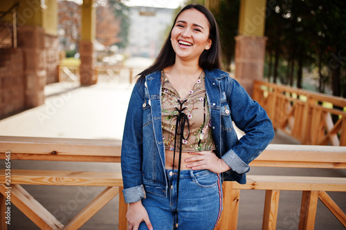 Foto  Pretty latino model girl from Ecuador wear on jeans posed at street