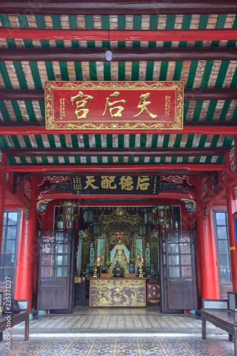 Foto  traditional colorful temple in hoi an, vietnam