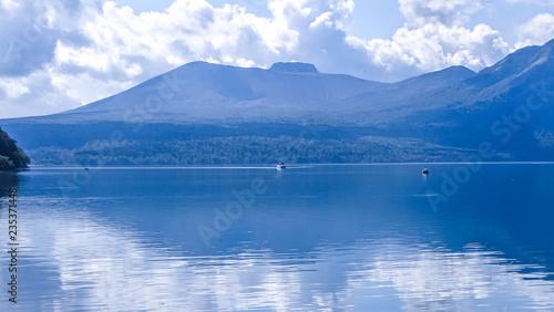 Obraz na płótnie Japonia, Hokkaido, Jezioro Shikotsu, wspaniała przyroda i wspaniały widok, jesień
