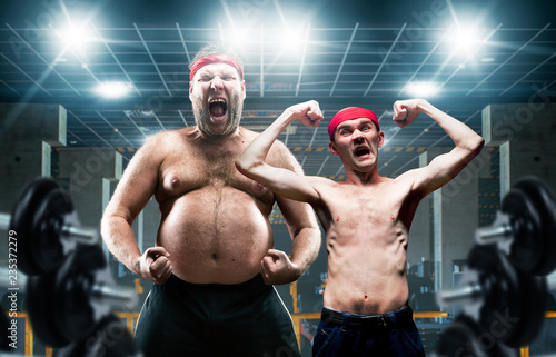 Leinwand Poster Funny bodybuilders shows muscle in gym