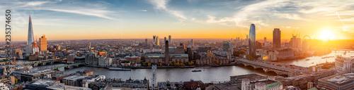 fototapeta na lodówkę Sonnenuntergang hinter der neuen Skyline von London, Großbritannien