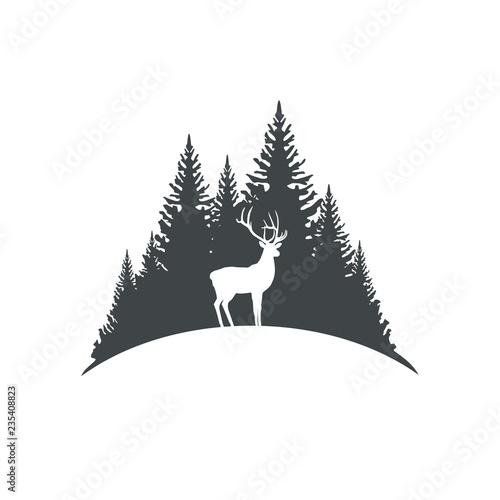 Naklejka premium Jeleń na tle drzew