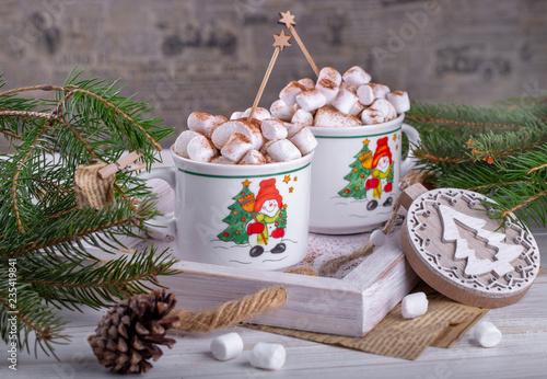 горячий шоколад с зефиром и корицей в новогодней кружке