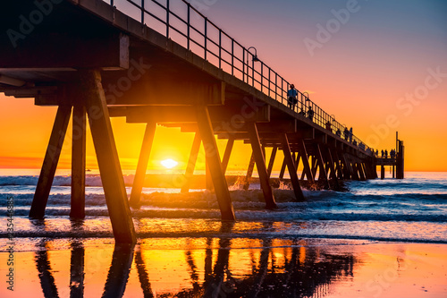 Montage in der Fensternische Melone Iconic Glenelg Beach jetty at sunset