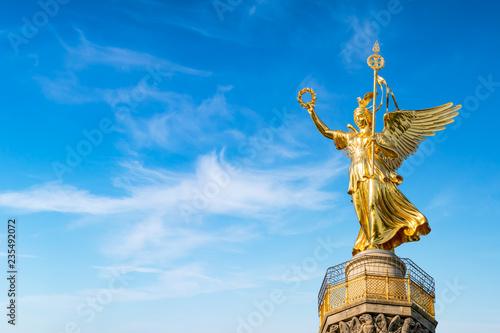 Obraz premium Kolumna zwycięstwa z posągiem Viktoria przed błękitne niebo, Berlin, Niemcy