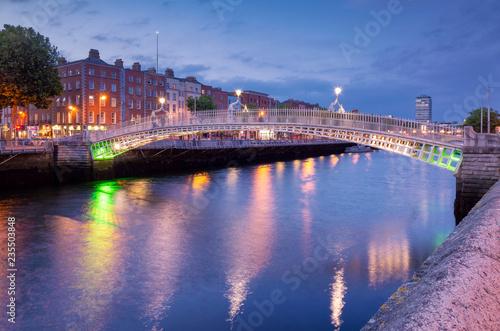 Obraz na plátně Ha'penny Halfpenny Bridge in Dublin
