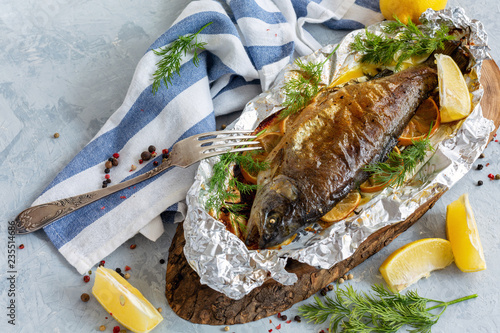 Fotografia Rainbow trout baked in foil.