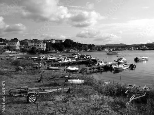 Foto op Aluminium Poort Yachthafen in der Bucht vor Kefken in der Provinz Kandira in Koaceli am Schwarzen Meer in der Türkei, fotografiert in neorealistischem Schwarzweiß