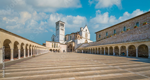 Photo Saint Francis Basilica in Assisi on a sunny summer day