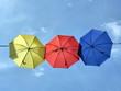 Bunte Schirme vor himmlichem Hintergrund