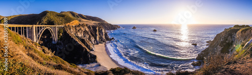 Cuadros en Lienzo Panoramic view of Bixby Creek Bridge and the dramatic Pacific Ocean coastline, B