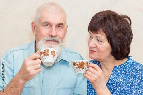 Fotografia  Happy elderly couple drinking tea.