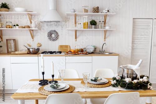 Fotodibond 3D Nowoczesne nowe lekkie wnętrze kuchni z białymi meblami i stołem.