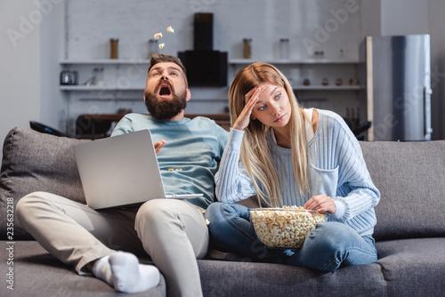 Photo Wife feeling awkwardly near husband with laptop