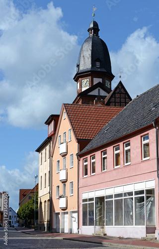 Fotografía  Häuserzeile mit Marienkirche in Waren Müritz